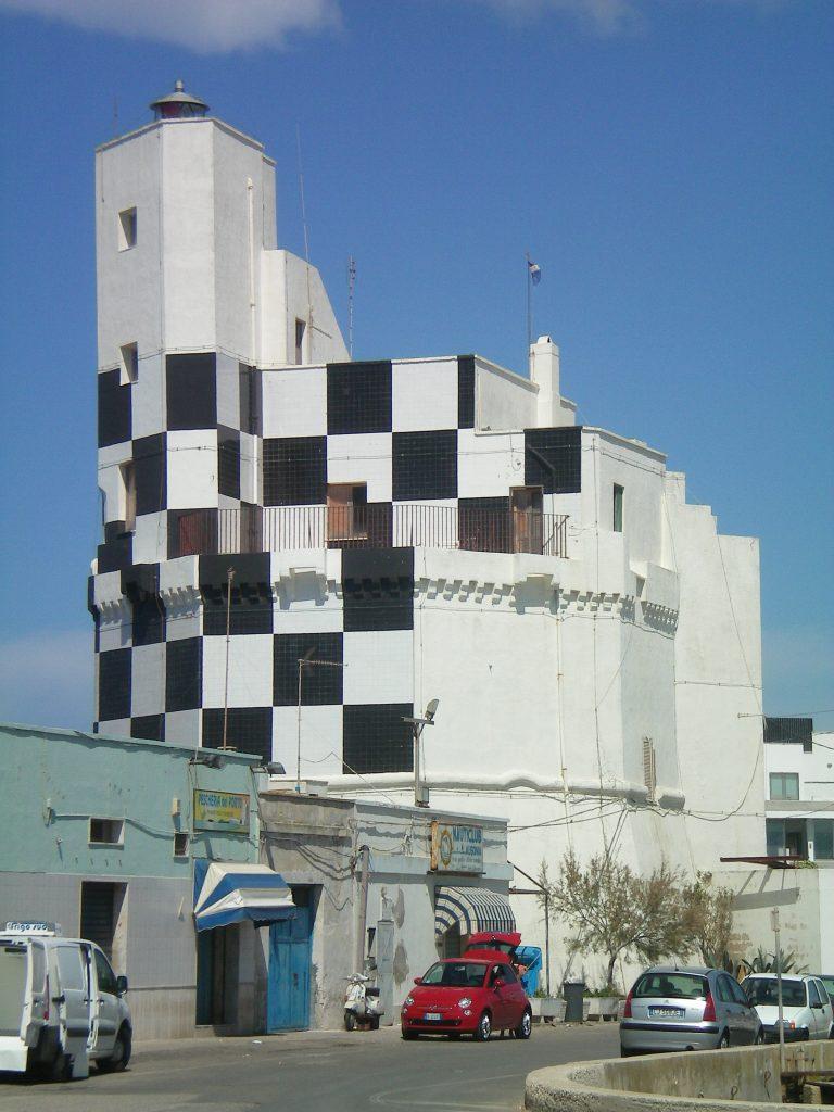 La torre vista dal molo del porto